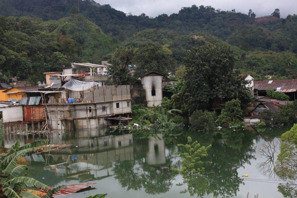 Campur, aldea de Carchá quedó inundada y el nivel del agua no para de subir. Foto: Byron García