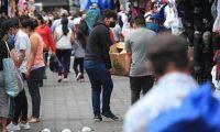 Ambiente en mercado de Antigua Guatemala, los horarios fueron extendidos hasta las 9pm , con el fin de evitar aglomeraciones y prevenir contagios de covid-19  foto Carlos Hern‡ndez 21/12/2020