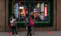 NEW YORK, NY - DECEMBER 24: With Christmas only one day away, shoppers walk in front of holiday windows in Midtown, Manhattan on December 24, 2020 in New York City. Despite persisting social distancing recommendations and many turning to online retailers, large crowds filled the streets of New York City's commercial districts Thursday.   Scott Heins/Getty Images/AFP == FOR NEWSPAPERS, INTERNET, TELCOS & TELEVISION USE ONLY ==