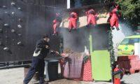 Socorrista efectúa simulacro en de incendio en una venta de juegos pirotécnicos. (Foto Prensa Libre: Érick Ávila)