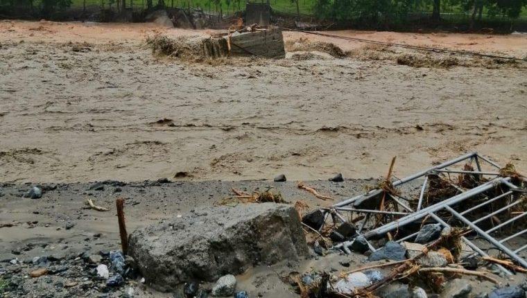 Colapso del puente del tramo El Rico-Chapulco-Canaán, Los Amates, Izabal.  Tormenta Iota. (Foto Prensa Libre: Hemeroteca PL)