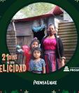 La Navidad llegó antes para Nancy Suret Soyos y sus dos hijas. (Foto Prensa Libre: Jorge Ovalle)