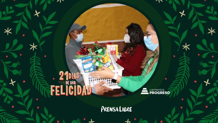 La familia Salazar y Johana Guzmán entregaron paches, una refacción e insumos para su área de labores. (Foto Prensa Libre: Jorge Ovalle)