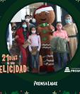 Al finalizar la obra, la familia tuvo la oportunidad de saludar a los actores prinicipales, quienes le entregaron un presente de parte de Johana Mendoza. (Foto Prensa Libre: Jorge Ovalle)