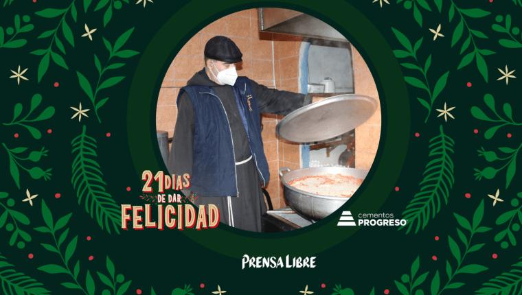 Al comedor Nuestra Señora de Guadalupe llegan ancianos, principalmente, así como niños y jóvenes. Todos con plato y vaso en mano para recibir los alimentos. (Foto Prensa Libre: Jorge Ovalle)