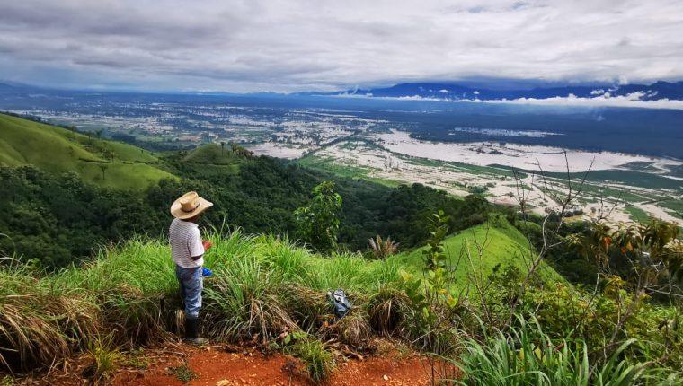 Un productor de arroz observa parte de la zona dañada por las inundaciones generadas por las tormentas incluyendo áreas dedicadas al cultivo de arroz. (Foto, Prensa Libre: Arrozgua).