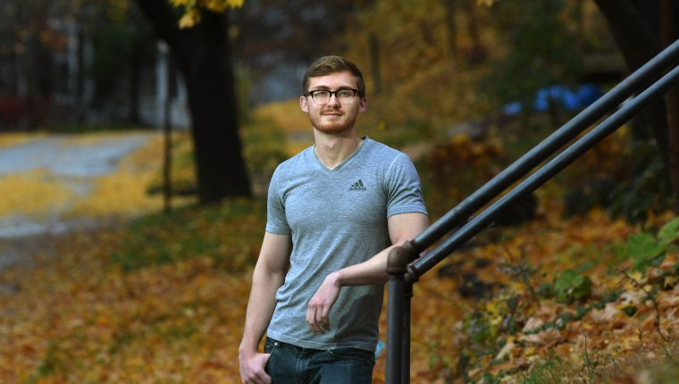 Dray Farley, un estudiante de último año de la Universidad de Cornell que se interesó por el ahorro a los 15 años, en Ithaca, N.Y. (Foto Prensa Libre: Heather Ainsworth/The New York Times)