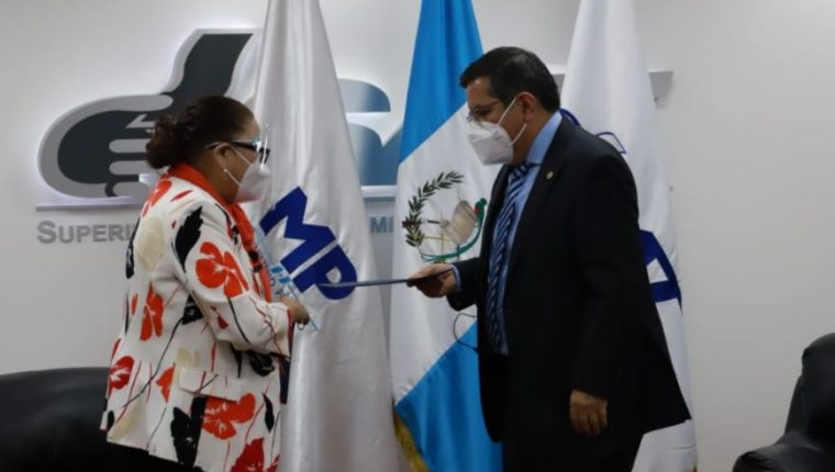La fiscal general Consuelo Porras recibe de forma simbólica el software de parte de la SAT. (Foto Prensa Libre: MP)