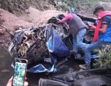 El picop en el que viajaban las víctimas quedó destruido luego de haber caído a un barranco. (Foto Prensa Libre: A. Coyoy)