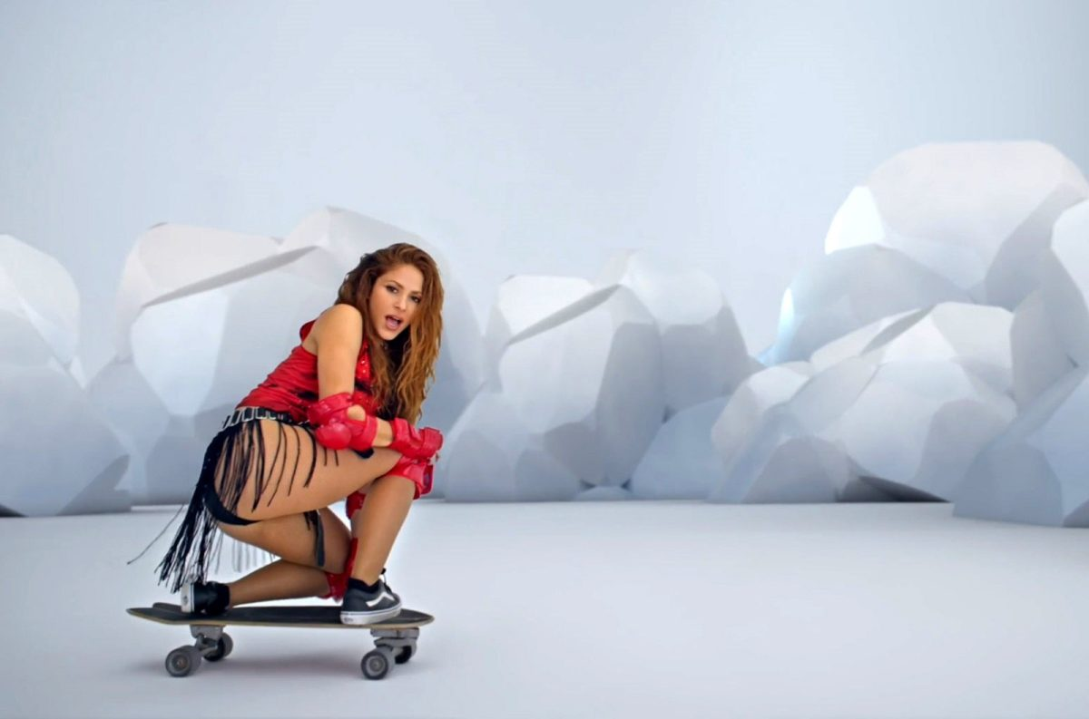 "Shakira impresiona y se convierte en una ""skater"" para ""Girl Like Me"" con Black Eyed Peas"
