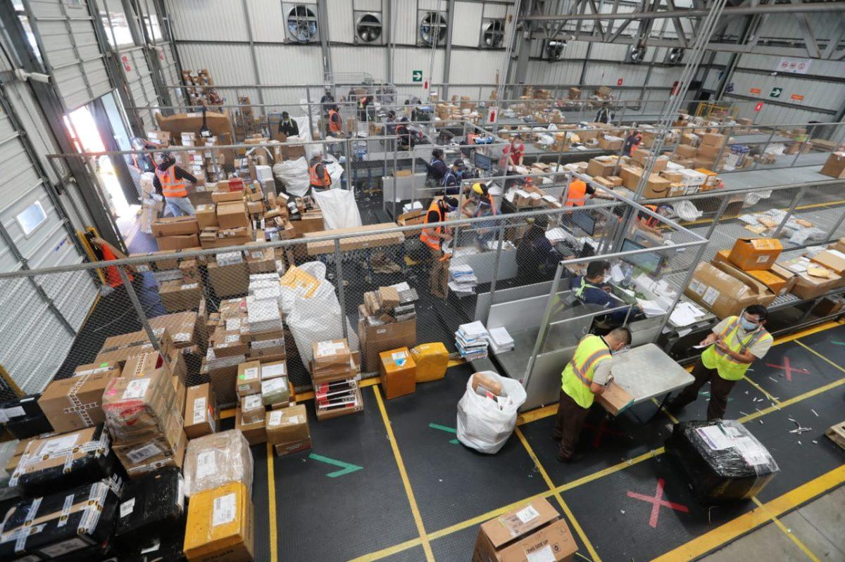 Aumento de comercio electrónico satura transporte aéreo por temporada navideña