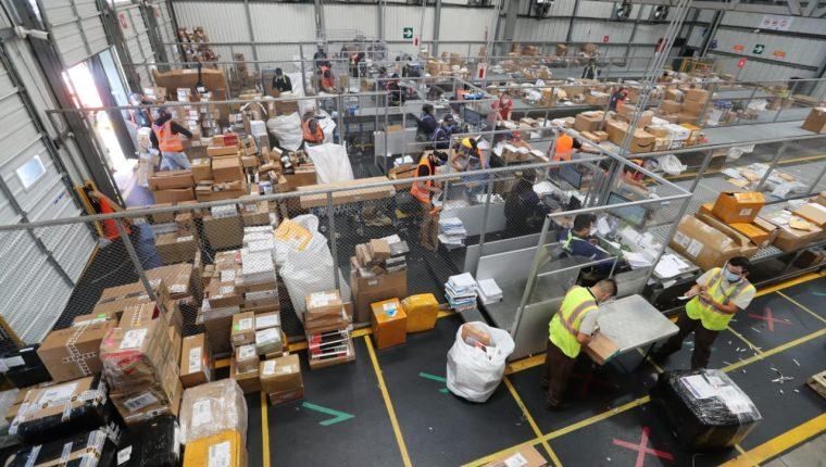 En la terminal de carga del Aeropuerto La Aurora, Combex-Im maneja paquetería de courier, aparte de carga de importación y exportación. (Foto, Prensa Libre: Hemeroteca PL).