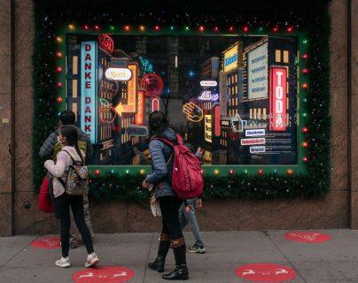 Neoyorquinos hacían compras de última hora por Navidad. (Foto Prensa Libre: AFP)