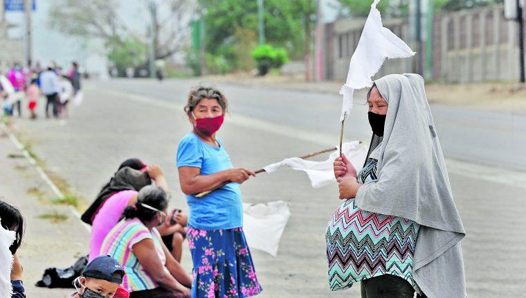 Familias completas, rendidas por la falta de recursos, salieron a las calles con banderas blancas a pedir ayuda a los guatemaltecos. Foto: Érick Ávila
