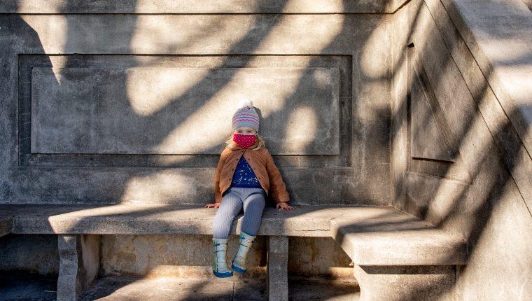 Alice McGraw, de 2 años, en el monumento al Monte Olimpo en San Francisco el 25 de noviembre de 2020.   (Cayce Clifford / The New York Times)