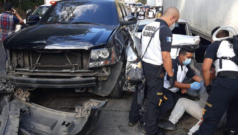 Una persona murió y al menos seis resultaron heridas en un accidente en la cuesta de Villalobos. (Foto Prensa Libre: Cortesía)
