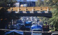 Alrededor de 600 mil vehículos circulan este sábado en cercanías de los centros comerciales previo a los días de Navidad. (Foto Prensa Libre: Carlos Hernández).