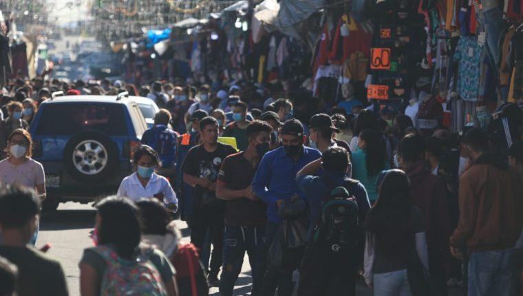 Miles de personas visitaron los mercados municipales  y satelitales durante este último fin de semana. (Foto Prensa Libre: Carlos Hernández)