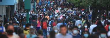 Durante las fiestas de fin de año se observaron aglomeraciones en distintas zonas del país. (Foto Prensa Libre: Hemeroteca PL)