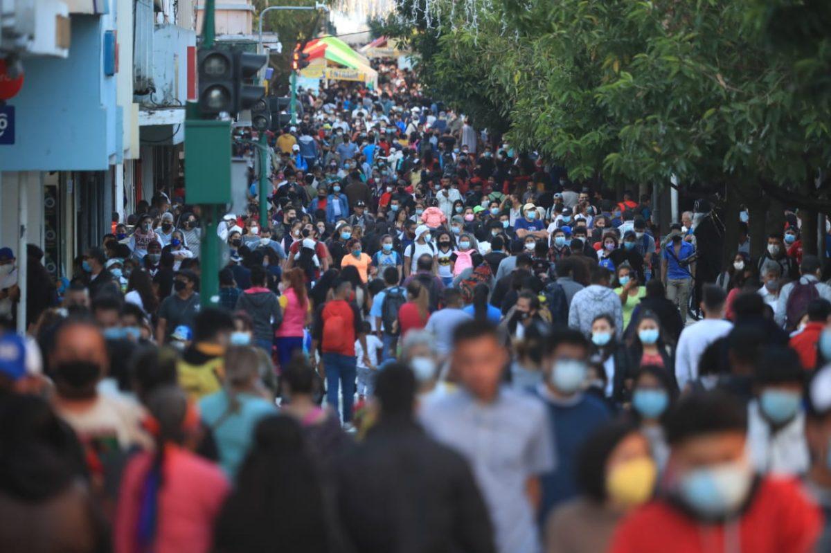 600 mil vehículos circulan por la ciudad y hay aglomeración de personas previo a festividades navideñas