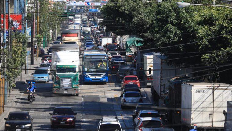 La calle Martí es uno de los puntos de intenso tránsito donde Emetra mantiene operativos permanentes. (Foto Prensa Libre: Carlos Hernández)
