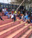 En algunos sectores del estadio Municipal de Santa Lucía se pudo observar que algunos aficionados no acataron la regla de mantener una distancia de al menos cuatro metros entre cada uno. (Foto Prensa Libre: Carlos Paredes)