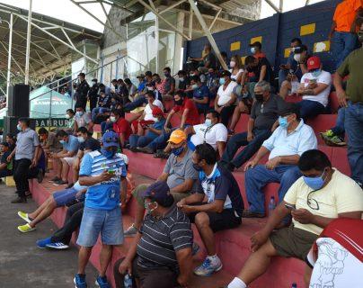 Los aficionados de Santa Lucía Cotz. fueron los primeros en el país que pudieron volver al estadio a ver a su equipo de fútbol, en el encuentro ante Municipal. (Foto Prensa Libre: Carlos Paredes)