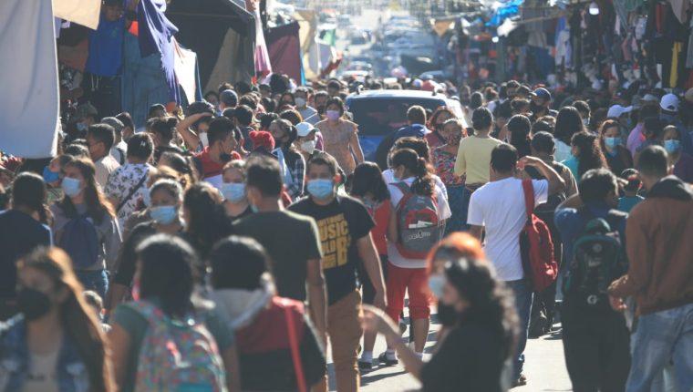 En el mercado El Guarda, en la zona 11, cientos de guatemaltecos incumplieron el distanciamiento dictado para contener el covid durante el último sábado antes de Navidad. (Foto Prensa Libre: Carlos Hernández)