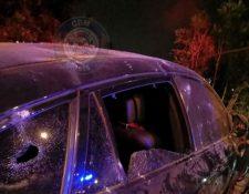 El vehículo fue atacado a balazos en la avenida Hincapié. (Foto: Bomberos Municipales)
