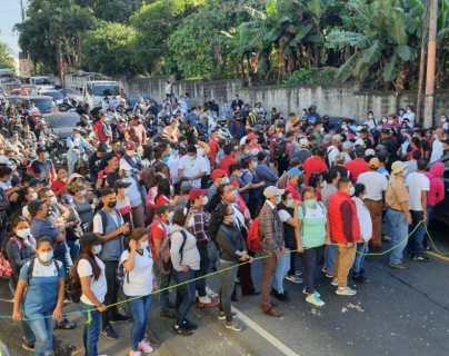 Salubristas bloquean rutas del país y realizan manifestaciones para exigir pago de bono