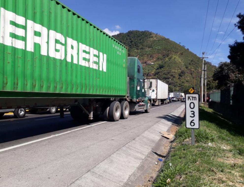 Bloqueo en ruta al Pacífico provoca varios kilómetros de tráfico