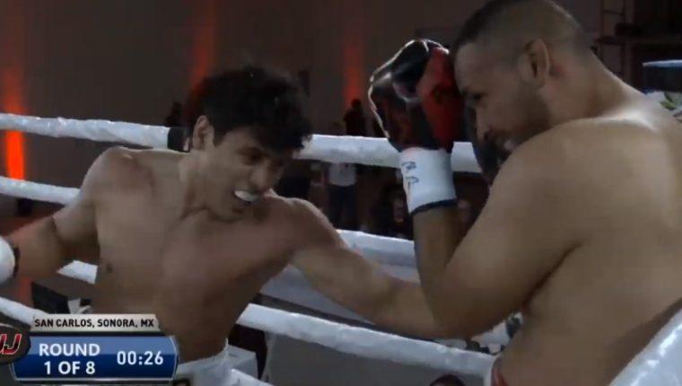Martínez asesta a su rival el golpe de la victoria.