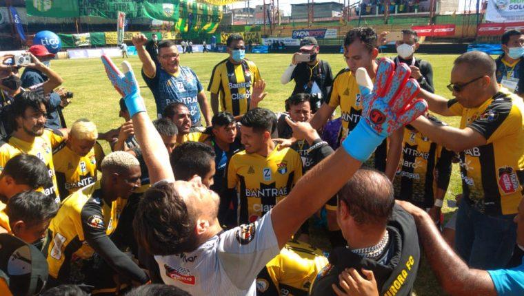El conjunto de Aurora FC se coronó campeón del Torneo Apertura 2020 de la Primera División tras ganar la serie final ante Sololá con un marcador global de 3-1. (Foto Prensa Libre: Raúl Barreno)