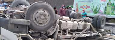 Camión queda volcado en la carretera luego de chocar con varios vehículos, en el kilómetro 189 de la carretera Interamericana. (Foto Prensa Libre: Juan R.)