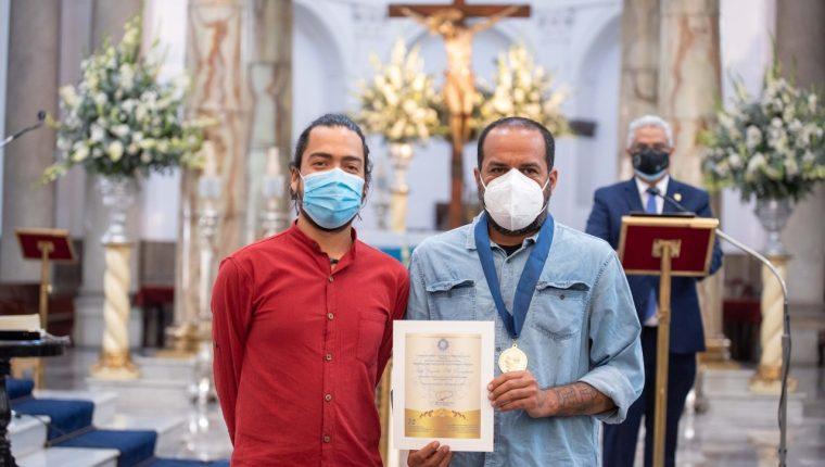 """La Oficina de Derechos Humanos del Arzobispado de Guatemala otorga la orden """"Monseñor Juan José Gerardi al Café Rayuela. (Foto Prensa Libre: Cortesía ODHAG)"""