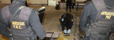 Personal Antinarcótico de la PNC en conjunto con MP procesan la escena y confirmaron el hallazgo de droga en el jet. (Foto Prensa Libre: Cortesía PNC)