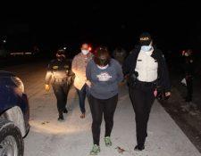 Los detenidos fueron trasladados al Juzgado para que solventen su situación legal. (Foto Prensa Libre: PNC)