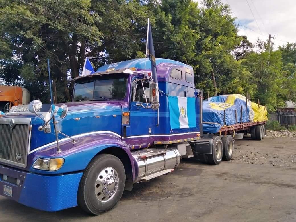 """""""O se lo dan a Conred o pagan impuestos"""": Donación está varada en la frontera de Guatemala con El Salvador"""