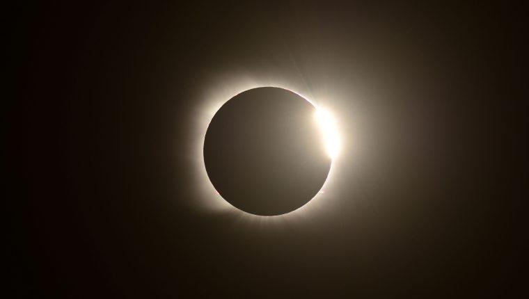 El efecto de anillo de diamantes se observa durante el eclipse solar total desde Villa Chocón, provincia de Neuquén, Argentina. (Foto Prensa Libre: AFP)