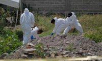 Forenses trabajan en la exhumación de los cuerpos. (Foto tomada de cuartoscuro.com)