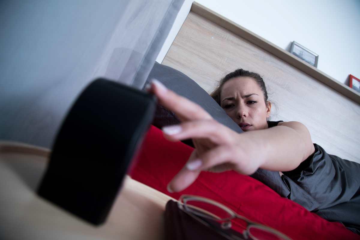"""El uso de la tecla """"snooze"""" del despertador y sus consecuencias"""