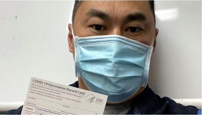 Matthew W., enfermero de San Diego, California, que se contagió covid-19 siete días después de recibir la primera dosis de la vacuna de Pfizer (Foto Prensa Libre: Facebook)