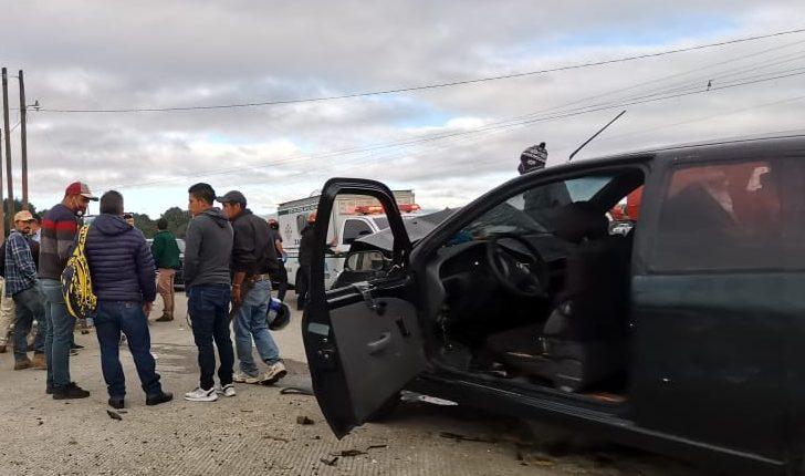 El accidente ocurrió en el km 63 de la ruta Interamericana, Zaragoza, Chimaltenango. (Foto Prensa Libre: César Antonio Pérez)