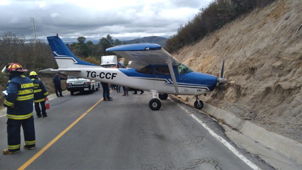 Avioneta aterriza de emergencia en una carretera de San Juan Sacatepéquez