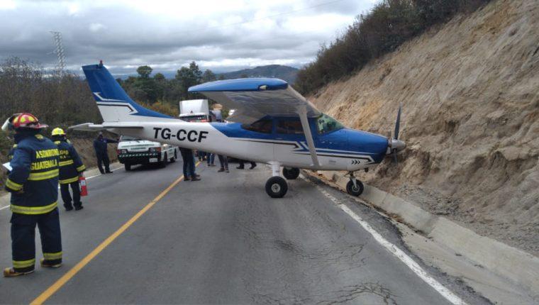 La avioneta aterrizó de emergencia sobre una carretera de San Juan Sacatepéquez. (Foto Prensa Libre:)