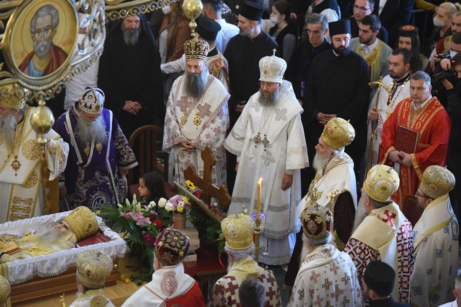 La comunión, una cuchara compartida, dos funerales masivos y el contagio de coronavirus que causan polémica en la Iglesia serbia