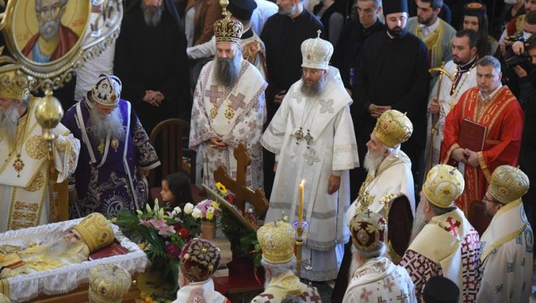 Funerales de Amfilohije, en Podgorica,  cuando miles de personas se reunieron para despedirlo, muchos sin mascarillas y sin mantener ninguna distancia de seguridad. (Foto Prensa Libre: EFE)