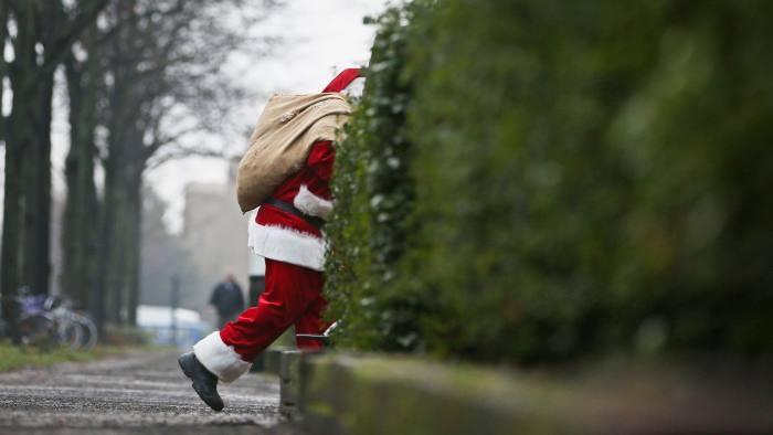 Bélgica: hombre se disfraza de Santa y reparte regalos en un asilo, pero también el covid-19