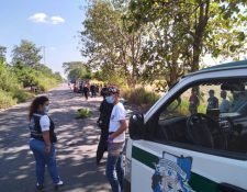 Escena en donde dos mujeres que iban en una motocicleta murieron atropelladas en San José La Máquina, Suchitepéquez. (Foto Prensa Libre: Bomberos Municipales Departamentales)