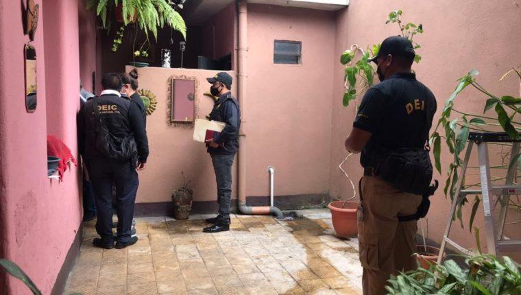 """Operativo de la PNC y el MP para la captura de integrantes de las bandas delincuenciales """"las Saqueadoras"""" y """"La Luz"""". (Foto Prensa Libre: MP)"""
